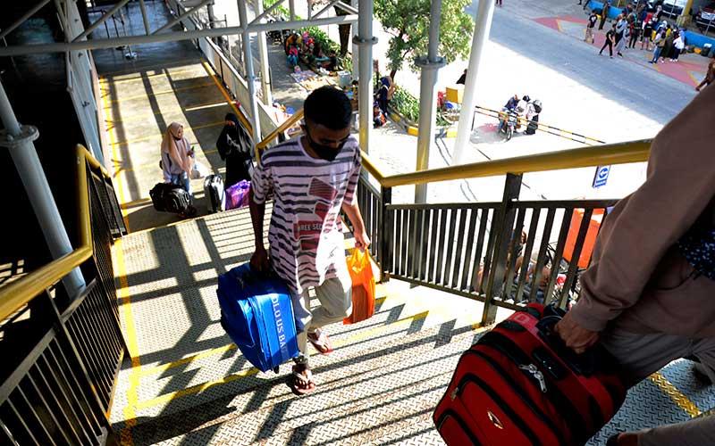 Calon penumpang mengangkat barangnya di Pelabuhan Sukarno Hatta, Makassar, Sulawesi Selatan, Senin (19/4/2021). Peraturan pemerintah yang melarang mudik dalam upaya pencegahan penyebaran Covid-19 tersebut membuat sebagian warga memilih mudik lebih awal, sementara diperkirakan peningkatan pemudik akan terjadi jelang berlakunya pelarangan mudik pada (6/5) mendatang . ANTARA FOTO/Abriawan Abhe