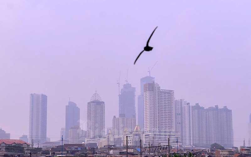 """Deretan gedung bertingkat tersamar kabut polusi udara di Jakarta, Selasa (20/4/2021). Berdasarkan data """"World Air Quality Index"""" pada Senin (20/4/2020) pukul 10.00 WIB tingkat polusi udara di Jakarta berada pada angka 174 yang menunjukkan bahwa kualitas udara di Ibu Kota termasuk kategori tidak sehat. Bisnis/Fanny Kusumawardhani"""