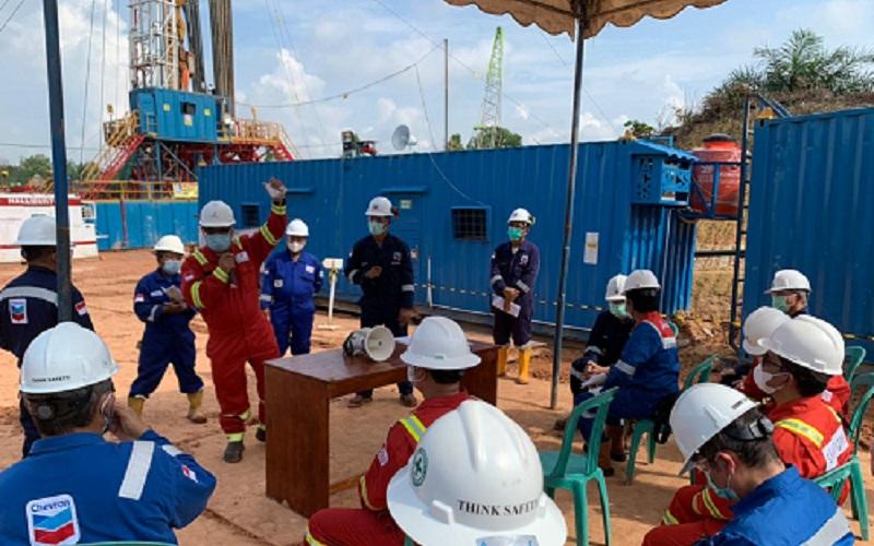 Wakil Kepala SKK Migas Fatar Yani Abdurrahman (berdiri, baju merah) menyemangati para pekerja pemboran sumur minyak di Wilayah Kerja (WK) Rokan, Riau, yang dikelola PT. Chevron Pacific Indonesia (PT CPI) pada 15 April 2021.