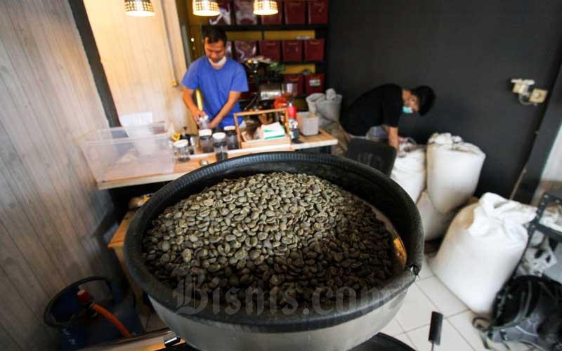 Pekerja mengolah biji kopi di Toko Kopi Indah Utama di kawasan Cilandak, Jakarta, Selasa (20/4/2021). Realisasi ekspor kopi melalui Belawan hingga Februari 2021 mencapai 9.520 ton atau menurun 11 persen dibandingkan periode yang sama tahun 2020 sebesar 10.704 ton. Bisnis/Arief Hermawan P