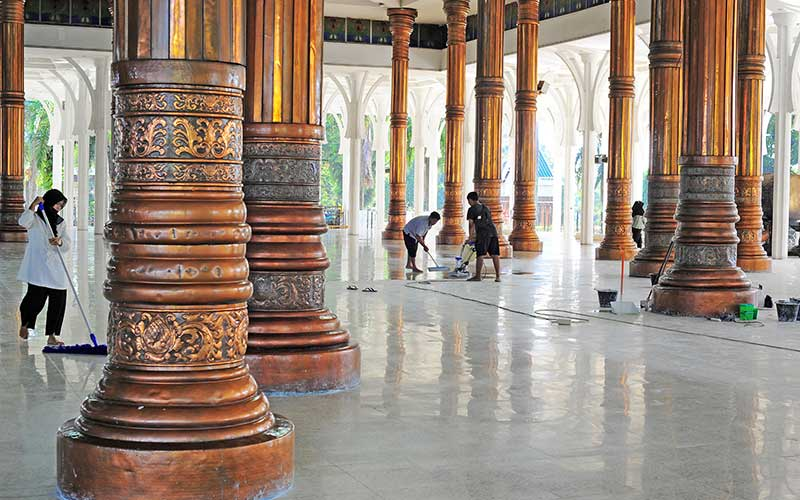 Pekerja membersihkan bagian dalam Masjid Agung Al-Falah atau Masjid Seribu Tiang, Jambi, Rabu (21/4/2021). Masjid yang diresmikan pemakaiannya pada 1980 oleh mantan Presiden Soeharto tersebut dibangun tanpa dinding dan pintu dengan 232 tiang penyangga atap dan kubah. ANTARA FOTO/Wahdi Septiawan