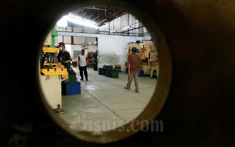 Aktivitas pekerja di Lingkungan Industri Kecil Takaru, Tegal, Jawa Tengah, Rabu (21/4/2021). Sampai saat ini sekitar 91 UMKM binaan YDBA, terus memperbaiki kualitas sekitar 70-80 item produksi sparepart hingga memiliki daya saing kuat. Sejak Februari lalu, 854 pekerja di lingkungan tersebut, terus berupaya memenuhi order yang meroket hingga 300 persen. Bisnis/Firman Wibowo