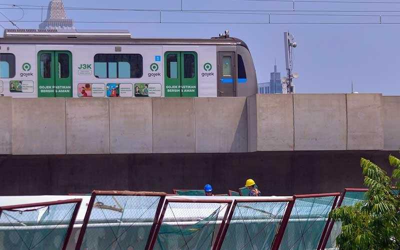 Pekerja menyelsaikan pembangunan jembatan layang (skybridge) CSW di Kebayoran Baru, Jakarta, Rabu (21/4/2021). Proyek pembangunan skybridge untuk integrasi Halte Transjakarta CSW di Stasiun MRT Asean terus dikebut. Skybridge CSW ditargetkan selesai pada Mei 2021. Skybridge ini akan mengintegrasikan Halte Transjakarta Koridor 1 (Blok M-Kota) dan Koridor 13 (Ciledug-Mampang) dengan Stasiun MRT Asean. Bisnis/Fanny Kusumawardhani