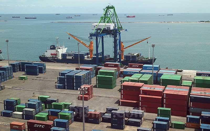Foto udara aktivitas bongkar muat petikemas di Pelabuhan Makassar, Sulawesi Selatan, Rabu (21/4/2021). Industri pelayaran dengan sukarela meminta penerapan pajak atas emisi karbon yang ditimbulkannya. Beberapa kelompok perdagangan, mewakili lebih dari 90 persen armada perdagangan dunia, telah mengajukan proposal kepada regulator pelayaran Perserikatan Bangsa-Bangsa (PBB) yang menyerukannya untuk memprioritaskan pajak karbon. Bisnis/Paulus Tandi Bone