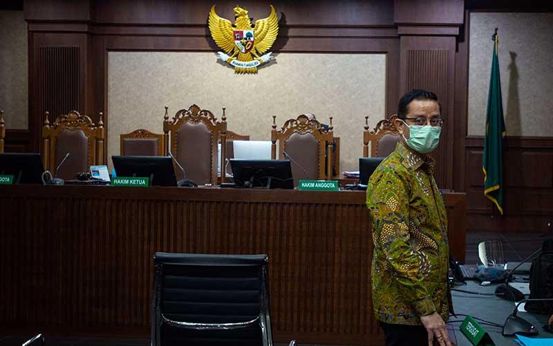 Terdakwa kasus korupsi Bantuan Sosial (Bansos) Covid-19 yang juga mantan Menteri Sosial Juliari Batubara berdiri usai menjalani sidang perdana di Pengadilan Tindak Pidana Korupsi (Tipikor), Jakarta, Rabu (21/4/2021). Sidang beragendakan pembacaan dakwaan terkait kasus yang juga menyeret dua terdakwa lainnya, mantan pejabat pembuat komitmen di Kementerian Sosial Adi Wahyono dan Matheus Joko Santoso. ANTARA FOTO/Aditya Pradana Putra