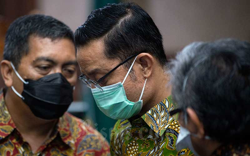 Terdakwa kasus korupsi Bantuan Sosial (Bansos) Covid-19 yang juga mantan Menteri Sosial Juliari Batubara (tengah) berdiskusi dengan penasehat hukumnya usai sidang perdana di Pengadilan Tindak Pidana Korupsi (Tipikor), Jakarta, Rabu (21/4/2021). Sidang beragendakan pembacaan dakwaan terkait kasus yang juga menyeret dua terdakwa lainnya, mantan pejabat pembuat komitmen di Kementerian Sosial Adi Wahyono dan Matheus Joko Santoso. ANTARA FOTO/Aditya Pradana Putra