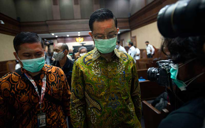 Terdakwa kasus korupsi Bantuan Sosial (Bansos) Covid-19 yang juga mantan Menteri Sosial Juliari Batubara (kanan) berjalan usai sidang perdana di Pengadilan Tindak Pidana Korupsi (Tipikor), Jakarta, Rabu (21/4/2021). Sidang beragendakan pembacaan dakwaan terkait kasus yang juga menyeret dua terdakwa lainnya, mantan pejabat pembuat komitmen di Kementerian Sosial Adi Wahyono dan Matheus Joko Santoso. ANTARA FOTO/Aditya Pradana Putra