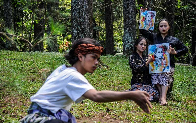 Seorang penari menampilkan tarian pada peringatan Hari Kartini di Bongkeng Art Space, Bandung, Jawa Barat, Rabu (21/4/2021). Penari yang berasal dari sanggar tari Bongkeng Art Space menampilkan tarian bangkit di masa pandemi selama tujuh jam tanpa henti untuk memperingati Hari Kartini. ANTARA FOTO/Raisan Al Farisi