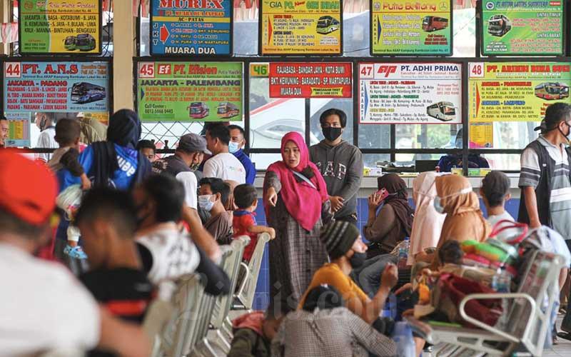 Sejumlah penumpang berada di area tunggu Terminal Kampung Rambutan, Jakarta, Rabu (21/4/2021). Ketua Bidang Advokasi dan Kemasyarakatan Masyarakat Transportasi Indonesia (MTI) Pusat Djoko Setijowarno menyampaikan bahwa pemerintah perlu memberikan skema bantuan kepada perusahaan sektor transportasi AKAP, agar dapat memberikan THR kepada pegawai mereka. Hal itu mengingat kebijakan larangan mudik yang dikeluarkan pemerintah akan mempengaruhi penghasilan pengemudi, karena sebagian pengemudi bus AKAP tidak mendapat gaji bulanan melainkan hanya mendapatkan upah ketika mengemudikan bus. Bisnis/Arief Hermawan P