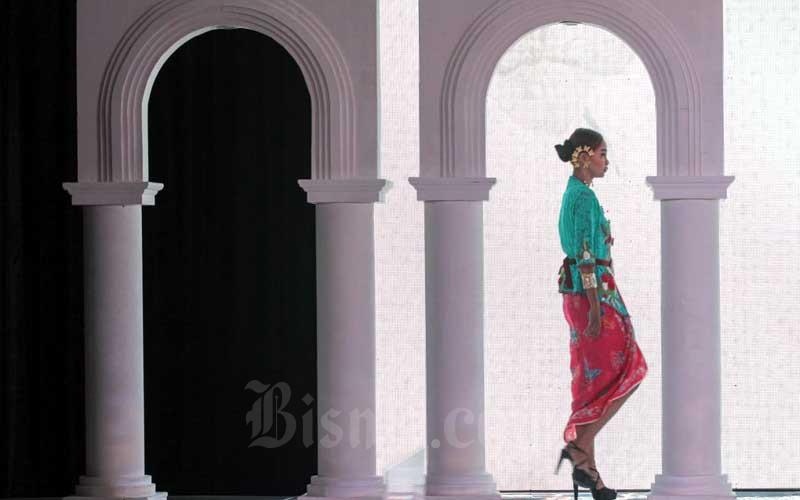 Peragawati tampil dalam peragaan busana saat acara Peringatan Hari Kartini yang diselenggarakan PT Bank Tabungan Negara (Persero) Tbk. di Jakarta, Rabu (21/4/2021). Dalam kegiatan ini BTN juga meluncurkan Komunitas Srikandi BTN, yang dibentuk agar para karyawati di BTN dapat memiliki karir yang mumpuni di perusahaan dengan tetap menjalani peran ibu rumah tangga dengan berkualitas. Bisnis/Arief Hermawan P