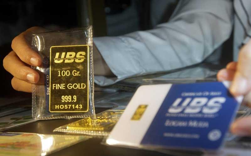Pegawai memperlihatkan emas 24 karat UBS di Galeri 24 Pegadaian di Jakarta, Kamis (22/4/2021). Berdasarkan informasi pada laman resmi Pegadaian, emas 24 karat UBS dengan ukuran 5 gram dibanderol Rp4.580.000 turun Rp5.000. Sementara itu, emas cetakan Antam ukuran 5 gram dijual Rp4.629.000, turun Rp6.000. Bisnis/Himawan L Nugraha
