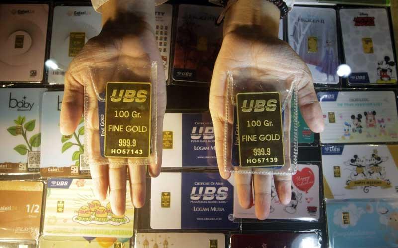 Pegawai memperlihatkan emas 24 karat UBS di Galeri 24 Pegadaian di Jakarta, Kamis (22/4/2021). Berdasarkan informasi pada laman resmi Pegadaian,emas 24 karat UBS dengan ukuran 5 gram dibanderol Rp4.580.000 turun Rp5.000. Sementara itu, emas cetakan Antam ukuran 5 gram dijual Rp4.629.000, turun Rp6.000.Bisnis/Himawan L Nugraha