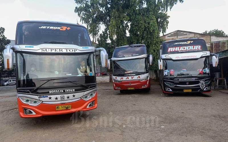 Sejumlah bus AKAP menunggu keberangkatan di terminal bayangan Pondok Pinang, Jakarta, Jumat (23/4/2021). Kementerian Perhubungan (Kemenhub) hingga kini belum menerbitkan aturan tentang pengendalian transportasi selama Idulfitri 1442 H Dalam Rangka Pencegahan Penyebaran Covid-19 sehingga menjadi ganjalan dalam pelarangan mudik. Direktur Eksekutif Institut Studi Transportasi (Instran) Deddy Herlambang mengatakan kendati Satuan Tugas (Satgas) Penanganan Covid-19 telah menerbitkan adendum Surat Edaran (SE) No. 13/2021 tentang Peniadaan Mudik Hari Raya Idul Fitri Tahun 1442 H dan Upaya Pengendalian Penyebaran Covid-19 Selama Bulan Suci Ramadhan 1442 Hijriah tetapi belum dilandasi oleh PM dari Kementerian Perhubungan. Bisnis/Eusebio Chrysnamurti