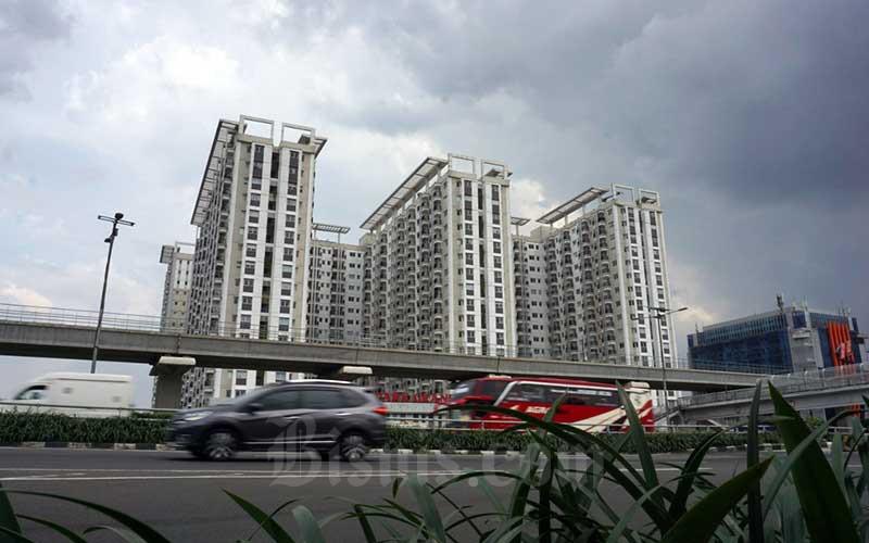 Kendaraan bermotor melintas di depan gedung apartemen di Jakarta, Senin (3/5/2021). Data Bank Indonesia mencatat kredit KPR dan kredit pemilikan apartemen (KPA) sebesar Rp528,4 triliun pada Maret 2021, naik 4,2 persen secara year on year (yoy), lebih tinggi dari pertumbuhan Februari 2021 yang sebesar 3,8 persen yoy .Bisnis/Suselo Jati