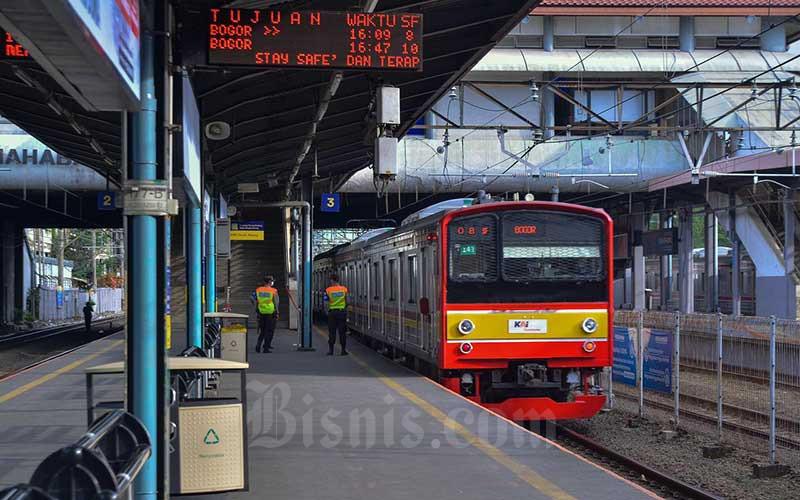 Petugas keamanan berjaga di Stasiun Tanah Abang, Jakarta, Senin (3/5/2021). PT Kereta Commuter Indonesia (KCI) mulai Senin (3/4/) hari ini melakukan rekayasa perjalanan untuk kereta rel listrik (KRL) yang berhenti ataupun melintasi Stasiun Tanah Abang. KRL tak akan berangkat dan berhenti di Stasiun Tanah Abang pada pukul 15.00-19.00 WIB. Bisnis/Fanny Kusumawardhani
