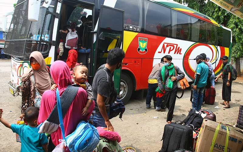 Pemudik bersiap menaiki bus di terminal bayangan yang ada di Pasar Jumat, Jakarta, Senin (3/5/2021). Sebagian warga memilih pulang kampung lebih awal untuk merayakan Idul Fitri dengan berbekal surat Antigen, setelah adanya larangan mudik 6-17 Mei 2021. ANTARA FOTO/Muhammad Iqbal