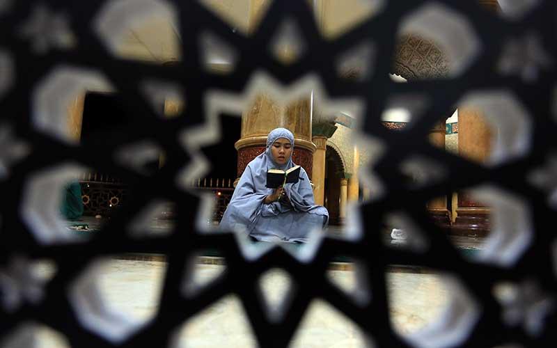 Umat muslim membaca Al Quran saat beriktikaf di Masjid Agung Baitul Makmur, Meulaboh, Aceh Barat, Aceh, Senin (3/5/2021). Menjelang berakhirnya sepuluh terakhir bulan suci Ramadhan, umat muslim memperbanyak membaca Al Quran, berzikir dan salat tahajud sambil menanti malam Lailatulkadar. ANTARA FOTO/Syifa Yulinnas