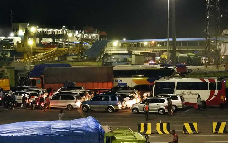 Sejumlah kendaraan yang akan menyeberang ke Sumatera antre di Pelabuhan Merak Banten, Selasa (4/5/2021) dinihari. Berdasarkan data Posko Pelabuhan Merak sejak 28 April hingga 3 Mei 2021 terjadi peningkatan jumlah pemudik yang secara keseluruhan mencapai 180.044 orang, terdiri dari 9.819 pejalan kaki dan 170.225 penumpang kendaraan. ANTARA FOTO/Asep Fathulrahman