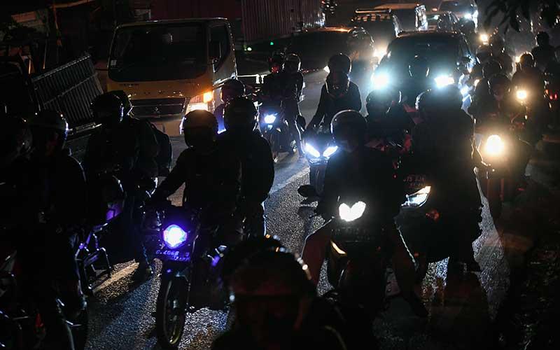 Sejumlah pengendara motor melintas di jalur Pantura, Klari, Karawang, Jawa Barat, Selasa (4/5/2021) dini hari. Jelang larangan mudik 2021 pada 6-17 Mei 2021 jumlah kendaraan sepeda motor yang melintas di jalur Pantura dari arah Jakarta mengalami peningkatan. ANTARA FOTO/Hafidz Mubarak A