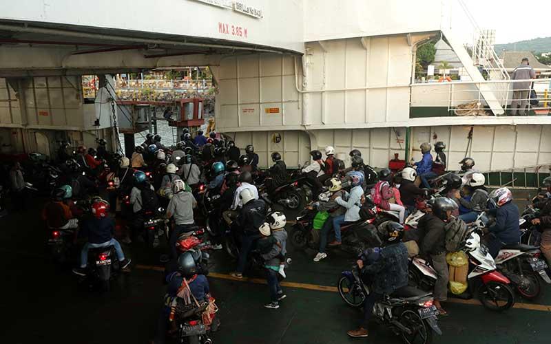 Pemudik pengguna sepeda motor turun dari kapal di Pelabuhan Ketapang, Banyuwangi, Jawa Timur, Selasa (4/5/2021). H-2 jelang masa larangan mudik pada 6-17 Mei 2021, arus kendaraan di pelabuhan tersebut pada malam hingga pagi hari terpantau ramai pemudik dari Bali menuju Pulau Jawa yang didominasi kendaraan roda dua. ANTARA FOTO/Budi Candra Setya