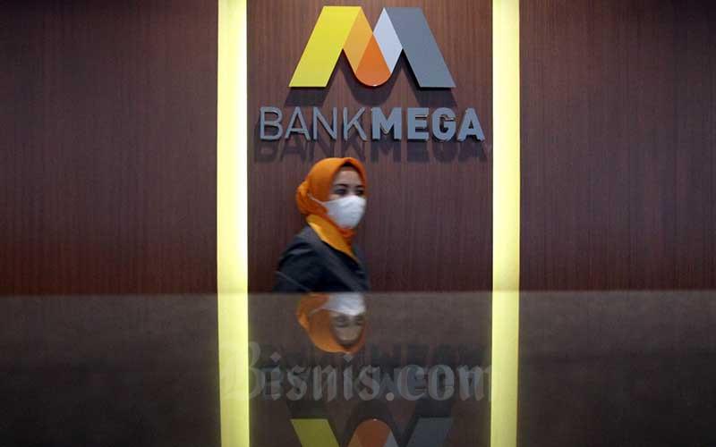 Karyawan beraktifitas di Bank Mega Makassar, Sulawesi Selatan, Selasa (4/5/2021). PT Bank Mega Tbk. mencetak laba bersih sebesar Rp747,24 miliar per 31 Maret 2021. Laba tersebut tumbuh 11,63 persen dibandingkan dengan laba periode yang sama tahun lalu sebesar Rp669,39 miliar. Bisnis/Paulus Tandi Bone