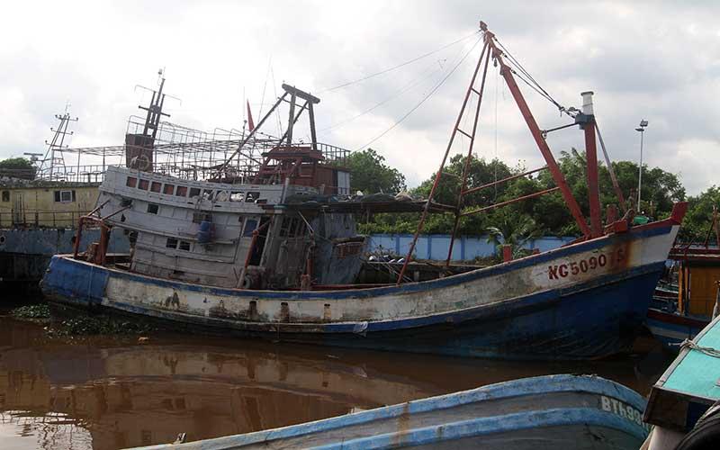 Kapal ikan asing ilegal berbendera Vietnam dengan nomor lambung KG 5090 TS bersandar di dermaga Stasiun Pengawasan Sumber Daya Kelautan dan Perikanan (PSDKP) Pontianak di Kabupaten Kubu Raya, Kalimantan Barat, Selasa (4/5/2021). Kapal Pengawas Perikanan Hiu 17 Kementerian Kelautan dan Perikanan menangkap satu kapal ikan asing ilegal berbendera Vietnam KG 5090 TS beserta tiga awak kapal di Laut Natuna Utara pada Selasa (27/4/2021), yang selanjutnya digiring ke Stasiun PSDKP Pontianak untuk proses hukum lebih lanjut. ANTARA FOTO/Jessica Helena Wuysang