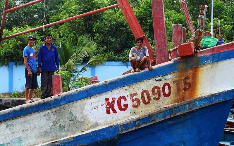Tiga awak kapal berkewarganegaraan Vietnam berdiri di atas kapal di dermaga Stasiun Pengawasan Sumber Daya Kelautan dan Perikanan (PSDKP) Pontianak di Kabupaten Kubu Raya, Kalimantan Barat, Selasa (4/5/2021). Kapal Pengawas Perikanan Hiu 17 Kementerian Kelautan dan Perikanan menangkap satu kapal ikan asing ilegal berbendera Vietnam KG 5090 TS beserta tiga awak kapal di Laut Natuna Utara pada Selasa (27/4/2021), yang selanjutnya digiring ke Stasiun PSDKP Pontianak untuk proses hukum lebih lanjut. ANTARA FOTO/Jessica Helena Wuysang