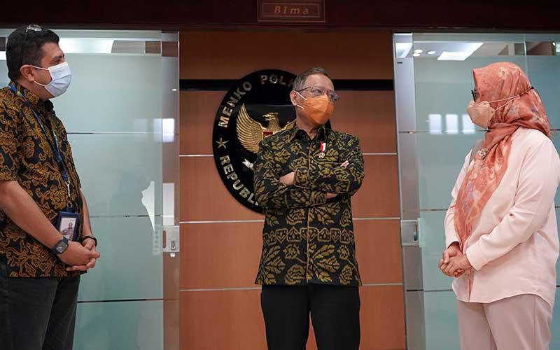 Chief of Corporate Affairs XL Axiata, Marwan O. Baasir, Menteri Koordinator Bidang Politik, Hukum, dan Keamanan Republik Indonesia, Mohammad Mahfud MD, dan Presiden Direktur & CEO XL Axiata, Dian Siswarini dalam acara penyerahan donasi laptop kepada pesantren di Jakarta, Selasa (4/5/2021). Bisnis