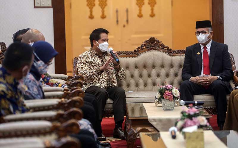 Gubernur Aceh Nova Iriansyah (kanan) dan Direktur Utama BSI Hery Gunardi berbincang dalam diskusi perbankan dan ekonomi di Aceh, Selasa (4/5/2021). Seiring dengan penerapan Qanun Aceh, Bank Syariah Indonesia berkomitmen mendukung pengembangan perekonomian Aceh dengan memberikan akses perbankan yang luas bagi pelaku usaha mikro kecil dan menengah. Bisnis