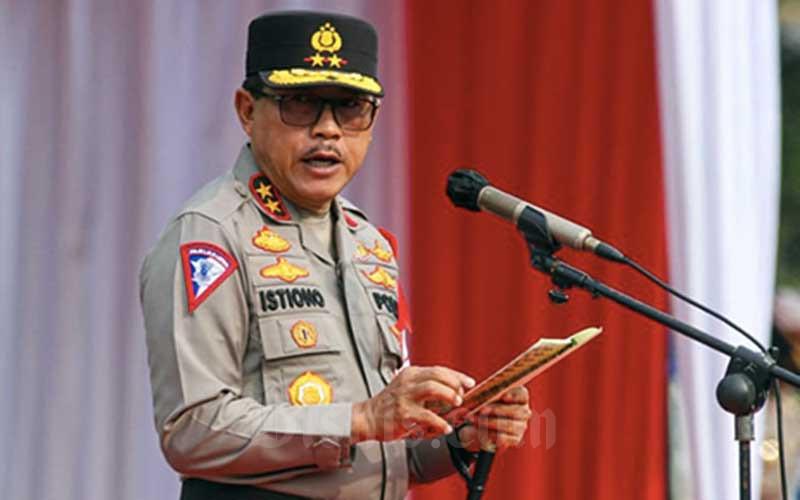 Kakorlantas Polri Irjen Istiono memberikan pengarahan saat apel di Mapolda Metro Jaya, Jakarta, Rabu (5/5/2021). Jajaran Polda Metro Jaya bersama Korlantas Polri mengadakan apel gelar pasukan sebagai persiapan Operasi Ketupat 2021 yang akan dilaksanakan 6-17 Mei 2021. Dalam operasi tersebut Polda Metro Jaya menerjunkan 4379 personel gabungan TNI-Polri serta membentuk 31 titik pos penyekatan dan pengamanan. Bisnis/Arief Hermawan P