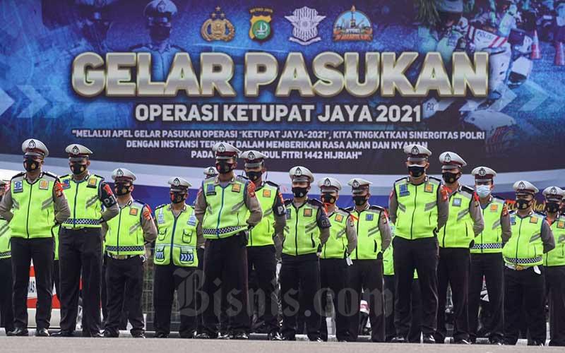 Sejumlah anggota kepolisian mengikuti apel di Mapolda Metro Jaya, Jakarta, Rabu (5/5/2021). Jajaran Polda Metro Jaya bersama Korlantas Polri mengadakan apel gelar pasukan sebagai persiapan Operasi Ketupat 2021 yang akan dilaksanakan 6-17 Mei 2021. Dalam operasi tersebut Polda Metro Jaya menerjunkan 4379 personel gabungan TNI-Polri serta membentuk 31 titik pos penyekatan dan pengamanan. Bisnis/Arief Hermawan P