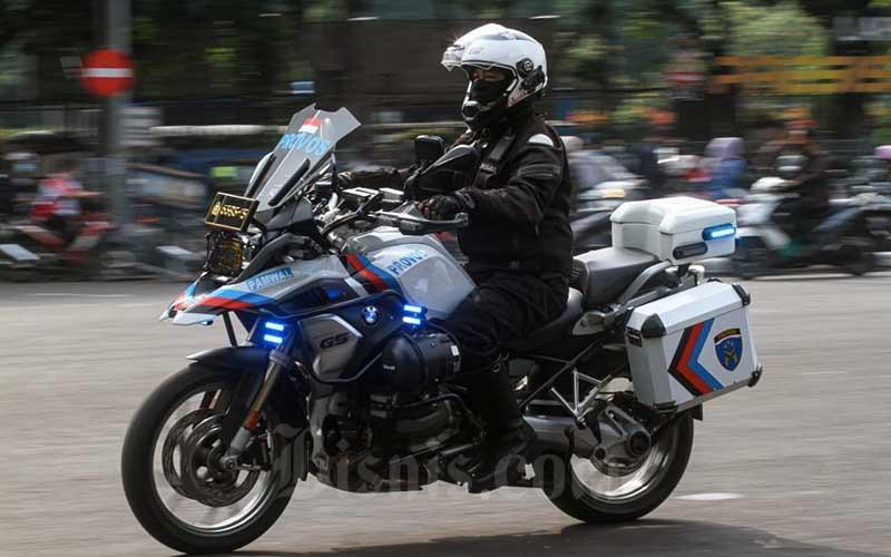 Anggota kepolisian mengikuti apel di Mapolda Metro Jaya, Jakarta, Rabu (5/5/2021). Jajaran Polda Metro Jaya bersama Korlantas Polri mengadakan apel gelar pasukan sebagai persiapan Operasi Ketupat 2021 yang akan dilaksanakan 6-17 Mei 2021. Dalam operasi tersebut Polda Metro Jaya menerjunkan 4379 personel gabungan TNI-Polri serta membentuk 31 titik pos penyekatan dan pengamanan. Bisnis/Arief Hermawan P