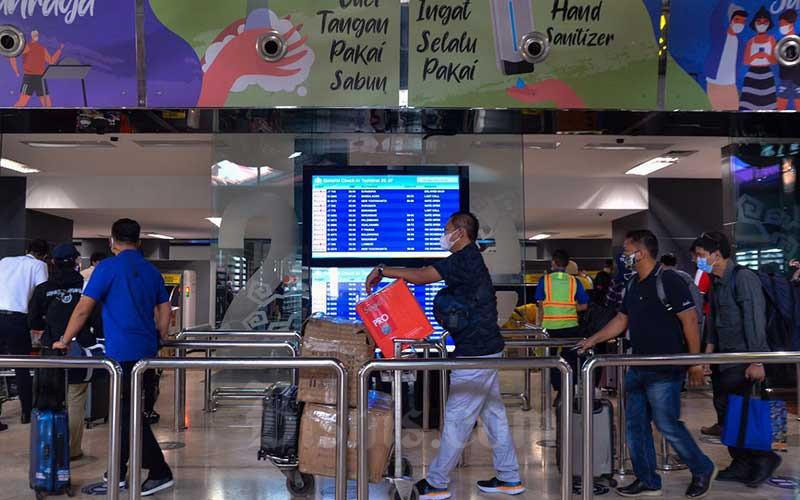 Calon penumpang mengantre di Terminal 2 Bandara Soekarno-Hatta (Soetta), Tangerang, Rabu (5/5/2021). Sehari jelang larangan mudik lebaran pada 6-17 Mei 2021, Bandara Soekarno-Hatta dipadati calon penumpang. Adanya kebijakan tersebut diharapkan dapat menekan laju penyebaran Covid-19 di Indonesia. Bisnis/Fanny Kusumawardhani