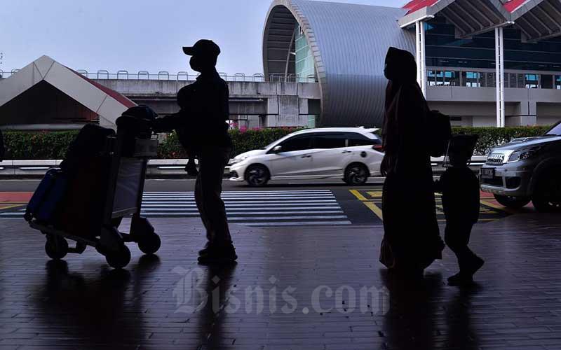Calon penumpang memasuki Terminal 2 Bandara Soekarno-Hatta (Soetta), Tangerang, Rabu (5/5/2021). Sehari jelang larangan mudik lebaran pada 6 - 17 Mei 2021, Bandara Soekarno-Hatta dipadati calon penumpang. Adanya kebijakan tersebut diharapkan dapat menekan laju penyebaran Covid-19 di Indonesia. Bisnis/Fanny Kusumawardhani