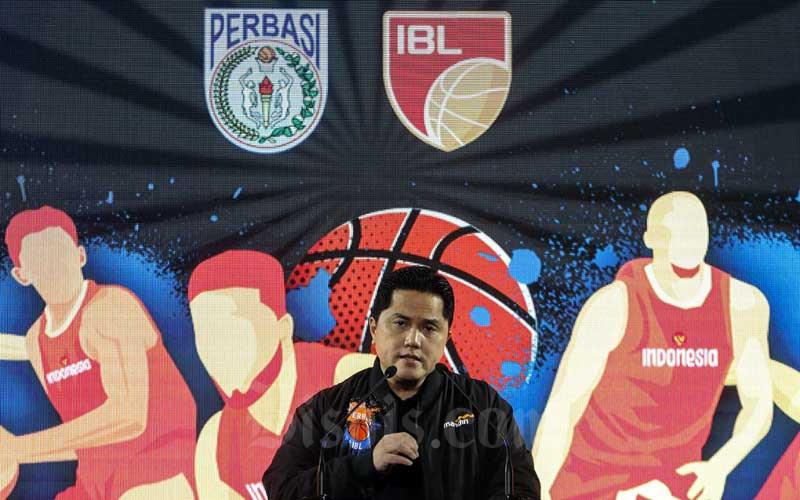 """Direktur Utama Bank Mandiri Darmawan Junaidi memberikan sambutan saat acara """"Mandiri Untuk Basket Indonesia"""" di Jakarta, Rabu (5/5/2021). Dalam MoU ini, Bank Mandiri akan menyalurkan bantuan finansial yang dibutuhkan PERBASI untuk mempersiapkan timnas Indonesia yang akan berlaga di ajang FIBA Asia Cup 2021 pada 16-28 Agustus 2021 di Jakarta. Tak hanya itu, Bank Mandiri juga memberikan bantuan pendanaan pelaksanaan Indonesian Basketball League (IBL) fase 2 yang akan bergulir pada 23 Mei – 6 Juni 2021 di Jakarta. Bisnis/Eusebio Chrysnamurti"""