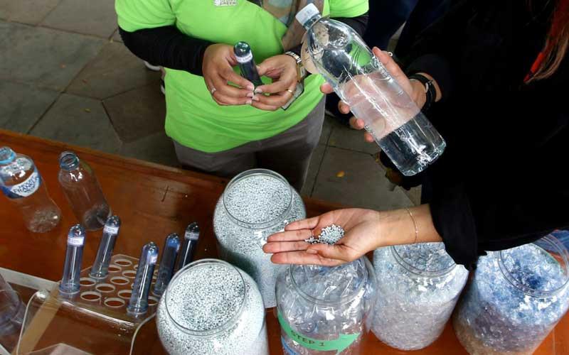 """Petugas menjelaskan tahapan proses daur ulang plastik hingga menjadi produk baru kepada pengunjung pada acara Jabar Punya Informasi (Japri) yang mengangkat tema """"Kelola Sampah Berbasis Digital Menuju Jabar Juara"""" di Gedung Sate, Bandung, Jawa Barat, Rabu (5/5/2021). Pemerintah Provinsi Jawa Barat berkolaborasi dengan Octopus, aplikasi untuk mengumpulkan sampah plastik yang bisa didaur ulang, untuk menekan jumlah sampah khususnya dari rumah tangga masuk ke tempat pembuangan sampah akhir (TPSA). Melalui kolaborasi tersebut diharapkan implementasi sistem sirkular ekonomi berjalan dengan baik, untuk meningkatkan masyarakat agar berkontribusi lebih baik lagi dalam pengelolaan sampah rumah tangga ataupun sampah lainnya. Bisnis/Rachman"""