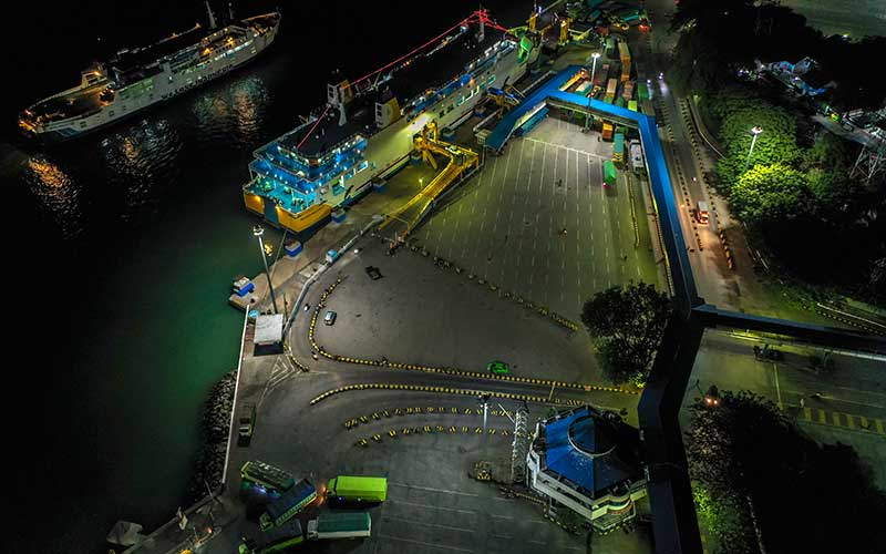 Foto aerial suasana sepi di Pelabuhan Merak, Banten, Rabu (5/5/2021) malam. Arus penyeberangan di Pelabuhan Merak mengalami penurunan penumpang dikarenakan adanya aturan larangan mudik yang mulai diberlakukan pada tanggal 6 -17 mei 2021 untuk mencegah penyebaran Covid-19. ANTARA FOTO/Galih Pradipta