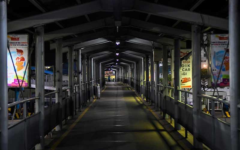 Suasana sepi di Pelabuhan Merak, Banten, Rabu (5/5/2021) malam. Arus penyeberangan di Pelabuhan Merak mengalami penurunan penumpang dikarenakan adanya aturan larangan mudik yang mulai diberlakukan pada tanggal 6 -17 mei 2021 untuk mencegah penyebaran Covid-19. ANTARA FOTO/Galih Pradipta