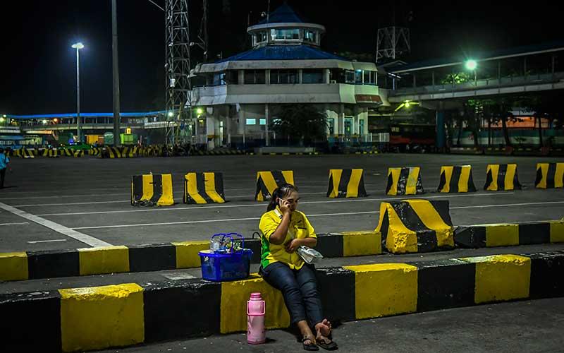 Pedagang kopi berjualan di Pelabuhan Merak, Banten, Rabu (5/5/2021) malam. Arus penyeberangan di Pelabuhan Merak mengalami penurunan penumpang dikarenakan adanya aturan larangan mudik yang mulai diberlakukan pada tanggal 6 -17 mei 2021 untuk mencegah penyebaran Covid-19. ANTARA FOTO/Galih Pradipta