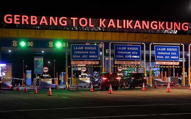 Kendaraan melintas di Gerbang Tol Kalikangkung, Semarang, Jawa Tengah, Kamis (6/5/2021) dini hari. Gerbang Tol Kalikangkung yang merupakan salah satu titik pos penyekatan di Jawa Tengah saat penerapan larangan mudik  itu pada Kamis (6/5) dini hari  masih bisa dilewati pemudik tanpa pemeriksaan. ANTARA FOTO/Hafidz Mubarak A