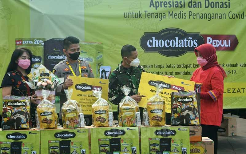 Head of Corporate Communication & Relations Garudafood Dian Astriana (kanan), Koordinator Humas Rumah Sakit Darurat Covid Wisma Atlet-RSDC Letkol Laut M. Arifin (kedua kanan), Brand Manager Chocolatos Novyta Dian (kiri), dan Humas RSDC Wiradi berbincang seusai serah terima bantuan secara simbolis di Jakarta, Kamis (6/5/2021). Melalui kegiatan Chocolatos Peduli, GarudaFood menyerahkan donasi lebih dari 2.600 paket produk yang terdiri dari 13.000 produk Chocolatos dan juga makanan siap saji. Kegiatan ini diharapkan dapat menciptakan momen keceriaan dan kenikmatan cokelat Italia yang berlimpah untuk semua dedikasi yang diberikan oleh tenaga kesehatan dalam berjuang melawan Covid-19. Bisnis/Abdurachman
