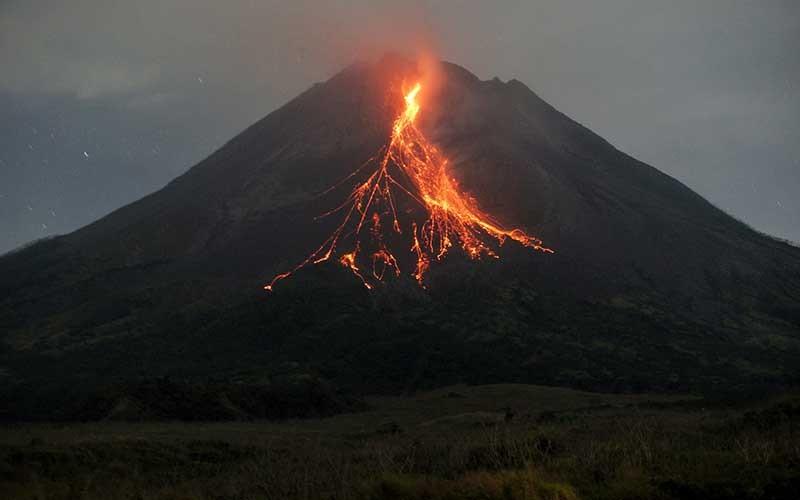 Gunung Merapi mengeluarkan awan panas guguran dipotret dari Srumbung, Magelang, Jateng, Kamis (6/5/2021). Menurut data BPPTKG periode pengamatan pukul 00:00-06:00 WIB secara visual Gunung Merapi teramati 2 kali mengeluarkan awan panas guguran dengan jarak luncur maksimal 2.000 m serta 17 kali guguran lava pijar dengan jarak luncur maksimal 1.600 m kearah barat daya. ANTARA FOTO/Andreas Fitri Atmoko