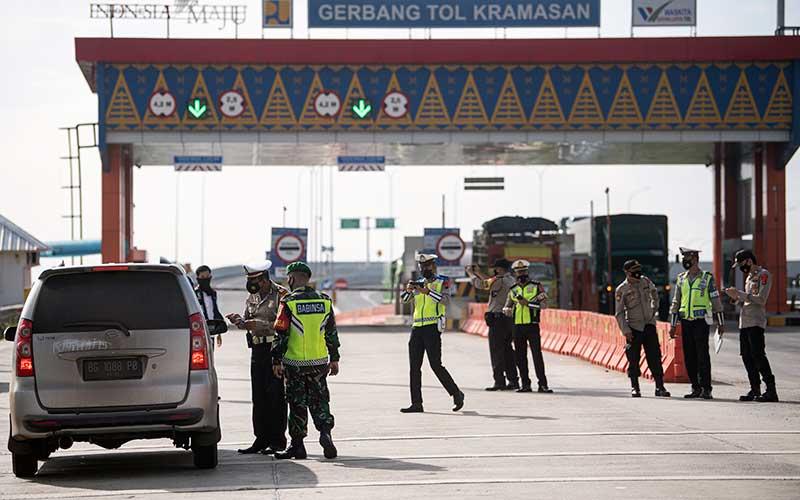 Petugas Polresta Ogan Ilir (OI) memeriksa kendaraan yang melintas di pintu Tol Keramasan di Desa Ibul Besar III, Pemulutan, Ogan Ilir (OI), Sumatera Selatan, Kamis (6/6/2021). Pemeriksaan tersebut sebagai upaya untuk menyekat masyarakat yang nekat mudik  jelang perayaan Hari Raya Idul Fitri 1442 H dari arah Palembang menuju Lampung. ANTARA FOTO/Nova Wahyudi
