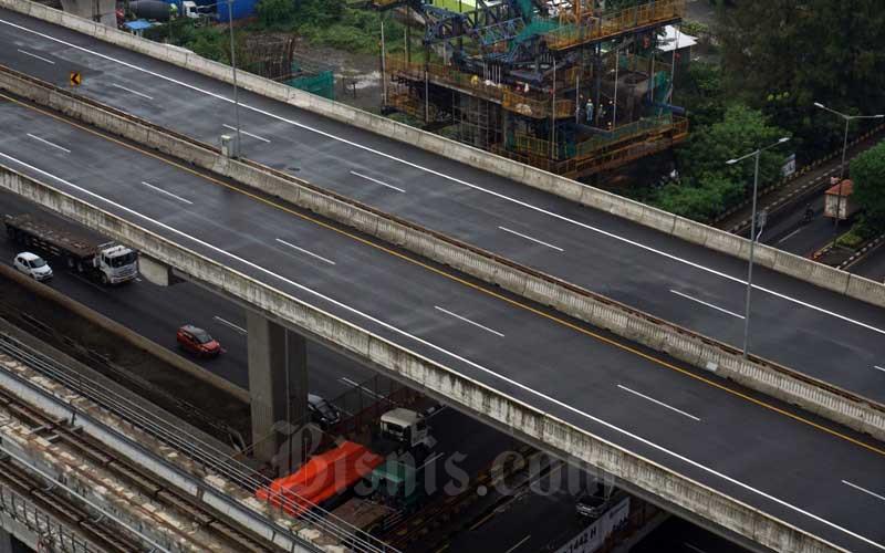 Suasana sepi jalan tol layang MBZ yang ditutup saat penerapan kebijakan larangan mudik, Jakarta, Kamis (6/5/2021). Polda Metro Jaya menutup ruas Tol Layang Mohamed Bin Zayed (MBZ) atau yang populer disebut Tol Layang Jakarta-Cikampek II Elevated. Tol Layang MBZ ini akan ditutup selama larangan mudik 6-17 Mei 2021 untuk mengefektifkan pemeriksaan di pos penyekatan. Bisnis/Suselo Jati
