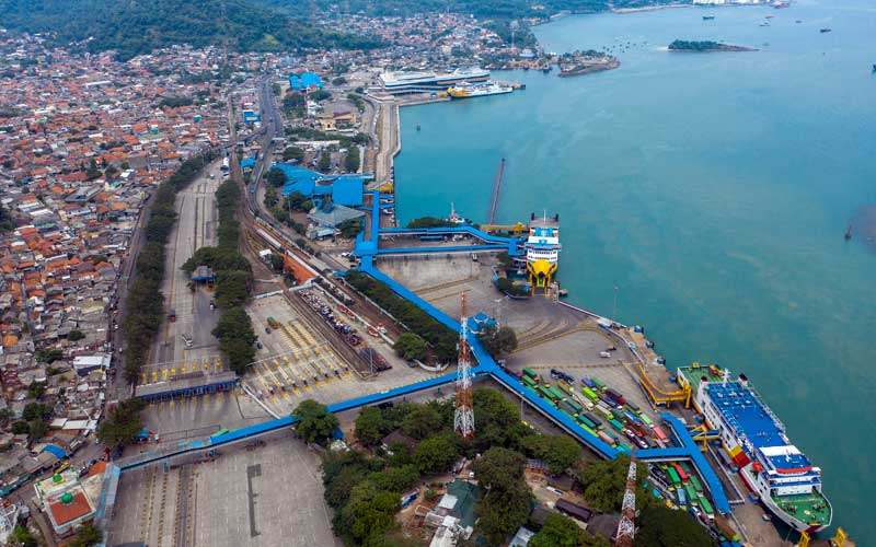 Foto aerial sejumlah truk memasuki kapal fery untuk menyeberang ke Pulau Sumatera saat hari pertama larangan mudik lebaran 2021 di Pelabuhan Merak, Banten, Kamis (6/5/2021). Pelabuhan Merak menghentikan pelayanan penyeberangan bagi pemudik hingga 17 Mei 2021 dan hanya akan melayani penyeberangan untuk distribusi logistik atau kebutuhan pokok serta penumpang yang berizin khusus sebagai upaya mengantisipasi risiko peningkatan kasus penularan Covid-19 saat Hari Raya Idul Fitri 1442 H. ANTARA FOTO/Galih Pradipta