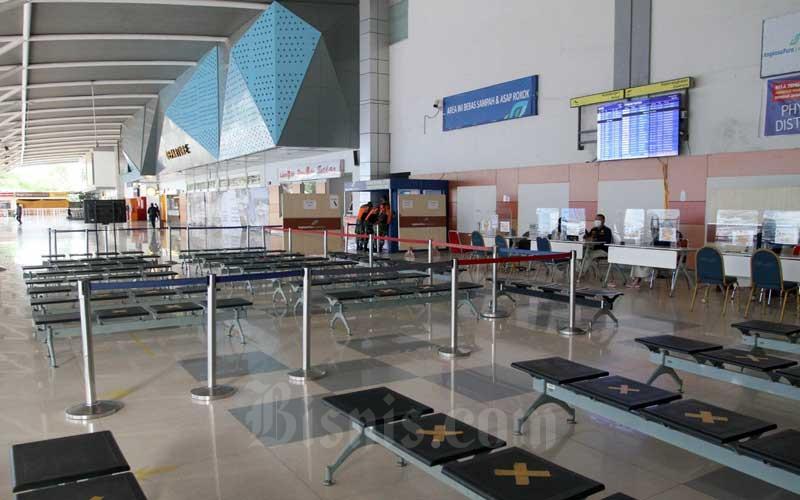 Suasana Sepi di Bandara Sultan Hasanuddin nampak sepi dari penumpang di Makassar, Sulawesi Selatan, Kamis (6/5/2021). Selama masa peniadaan mudik berlangsung Bandara Internasional Sultan Hasanuddin tetap beroperasi untuk melayani penerbangan penumpang dan kargo mulai pukul 06.00-18.00 terhitung 6-17 Mei 2021. Bisnis/Paulus Tandi Bone