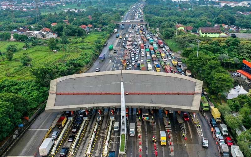 Foto aerial kendaraan terjebak macet di Pintu Tol Cikupa, Tangerang, Banten, Kamis (6/5/2021). Ribuan kendaraan terjebak macet hingga delapan kilometer akibat kegiatan penyekatan larangan mudik Lebaran 2021. ANTARA FOTO/Galih Pradipta