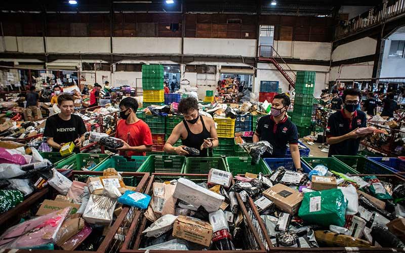 Pekerja menyortir paket untuk dikirim ke alamat tujuan di Gudang SiCepat Hub, Pluit, Jakarta, Jumat (7/5/2021). Menurut jasa pengiriman tersebut menjelang Hari Raya Idul Fitri 1442 Hijriah terjadi peningkatan pengiriman barang dari 800 ribu paket menjadi 1,8 juta paket dalam sehari. ANTARA FOTO/Aprillio Akbar