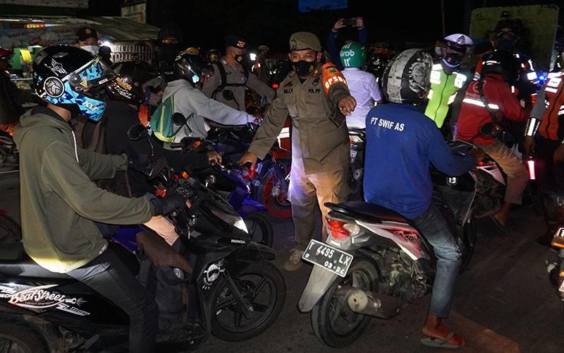 Pemudik sepeda motor memadati jalur pantura Karawang, Jawa Barat, Senin (10/5/2021). H-3 jelang Hari Raya Idul Fitri 1442 H, volume kendaraan yang melintas di jalur pantura Karawang dari arah Jakarta menuju Jawa Tengah mengalami peningkatan.