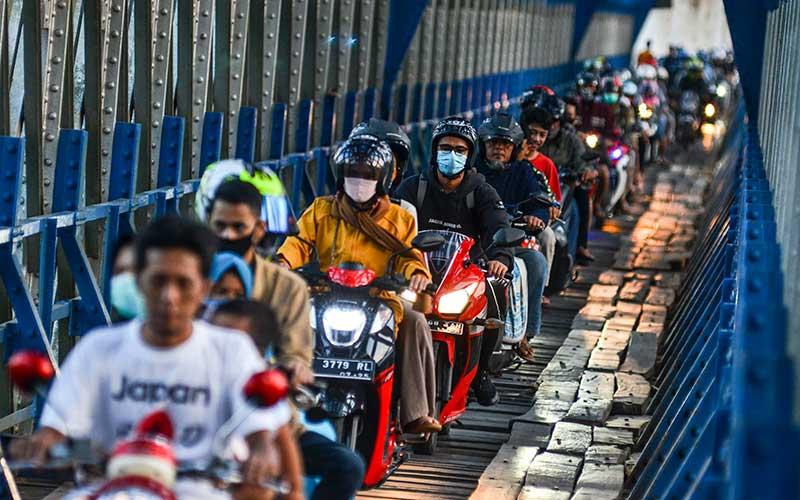 Pengendara sepeda motor melintas di jalur alternatif selatan terowongan Cirahong yang menghubungkan Kabupaten Ciamis dengan Kabupaten Tasikmalaya di Jawa Barat, Senin (10/5/2021). Memasuki H-3 Lebaran kepadatan lalu lintas pemudik menggunakan jalur alternatif selatan menuju Jawa Tengah dan sebaliknya menurun, hanya dipadati pemudik lokal. ANTARA FOTO/Adeng Bustomi